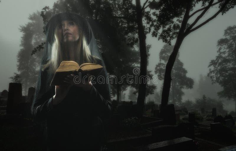 Вдова на кладбище стоковые изображения