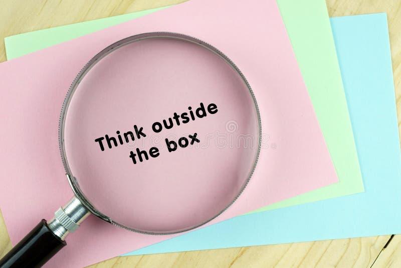 Вдохновляющая цитата на красочных примечаниях с лупой стоковое изображение