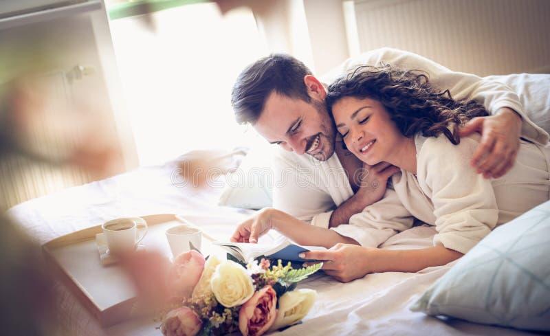 В парах влюбленности тратя утреннее время совместно стоковые фотографии rf