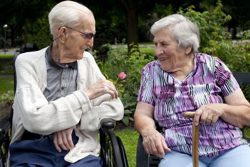 В парах старшия влюбленности стоковые фото