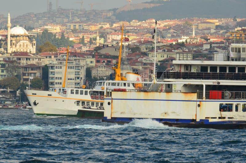 В паромах и туристических суднах Стамбула Bosphorus стоковое фото