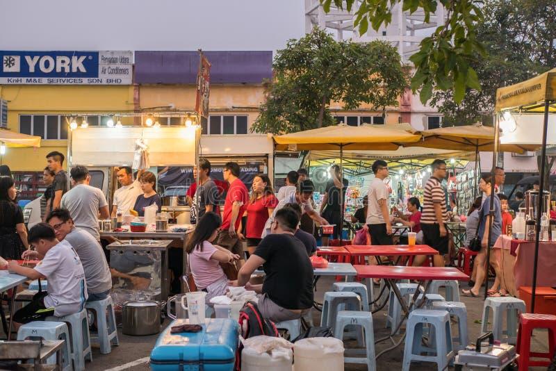 В понедельник люди могут увидеть, как обедают и осматривают ночной рынок Сери Кембанган в понедельник стоковые фото
