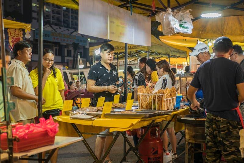 В понедельник люди могут увидеть, как обедают и осматривают ночной рынок Сери Кембанган в понедельник стоковые изображения rf