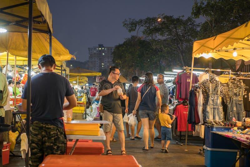 В понедельник люди могут увидеть магазины и прогулки по ночному рынку Сери Кембанган. стоковое фото rf