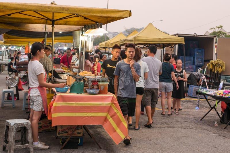 В понедельник люди могут увидеть магазины и прогулки по ночному рынку Сери Кембанган. стоковая фотография