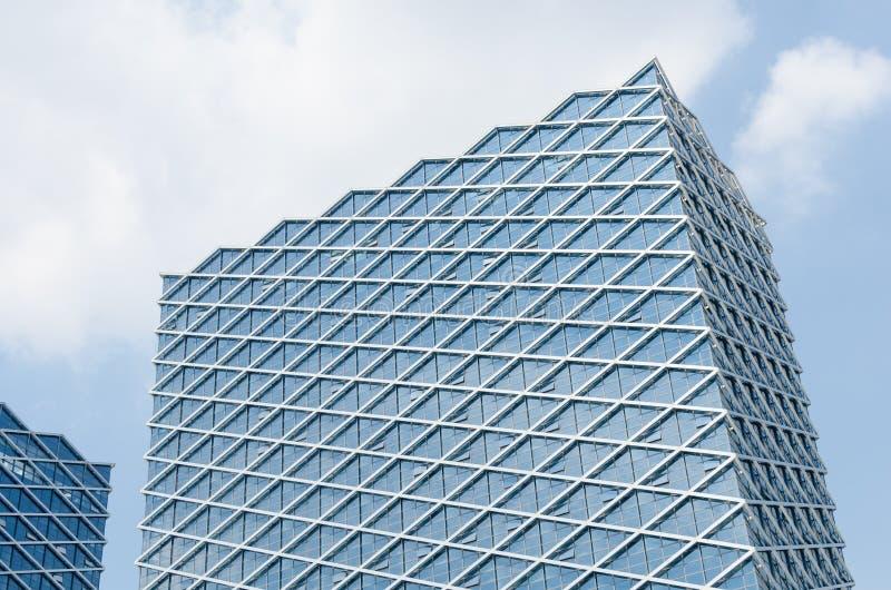 В полдень, современная стеклянная конструкция ненесущей стены стоковое изображение rf