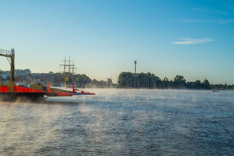 В раннем утре, светлый туман устанавливает на реке Weser в Бремене стоковые фотографии rf