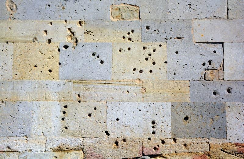В результате пулевых ударов по стенам армянских дашнаков был совершен геноцид азербайджанцев стоковая фотография rf