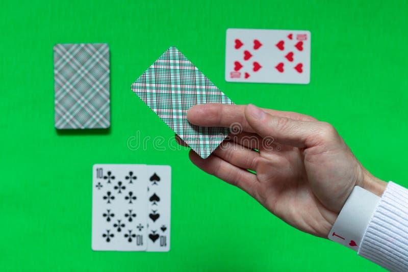 В рукаве дилера, производящего распределение карт на столе блэкджек, скрыта выигрышная игра карты ACE The стоковые изображения