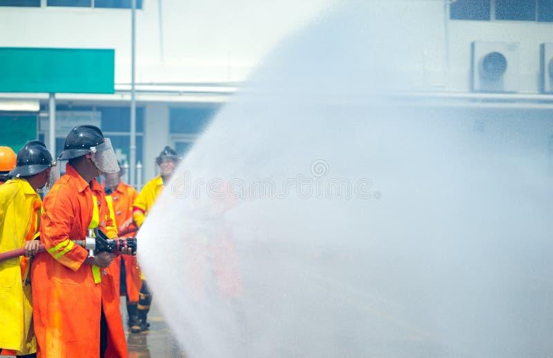В случае опасности ситуация тренировки пожарного , usin пожарного стоковая фотография rf