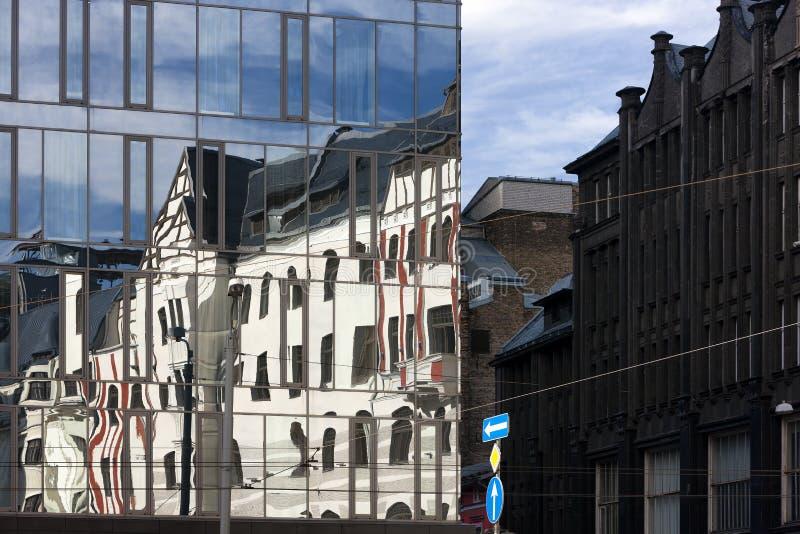В современном здании отражение дома стоковая фотография rf