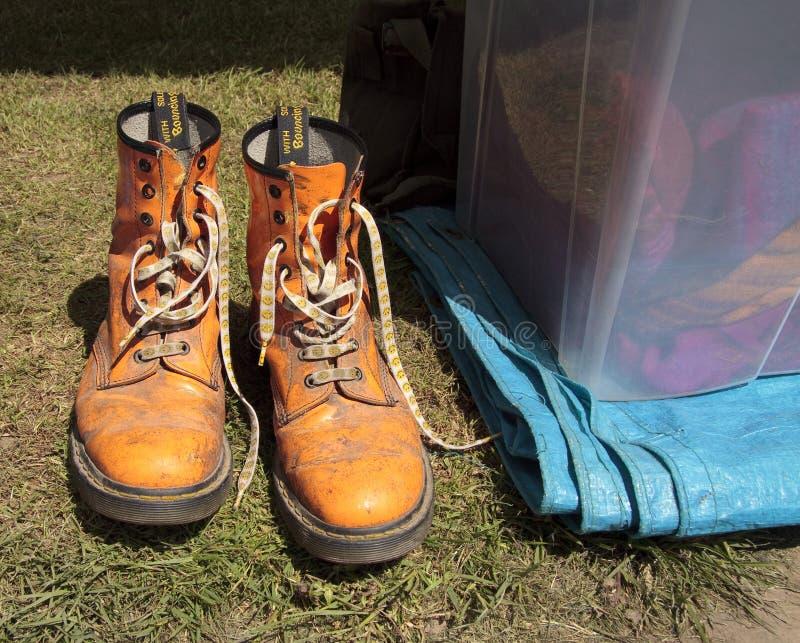 В стиле фанк оранжевые ботинки стоковые фото