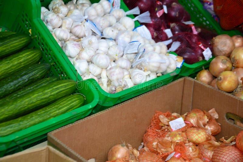 В супермаркете в коробках луков чеснока огурцов стоковые фотографии rf