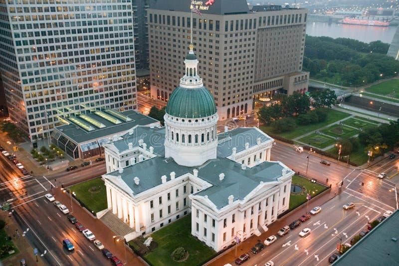 В туманном дожде повышенный взгляд исторического старого здания суда Сент-Луис Здание суда было построено кирпича в Feder стоковая фотография
