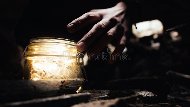 В уединённом загоренном месте, меньшей вещи и большой руке ` s человека стоковое фото rf