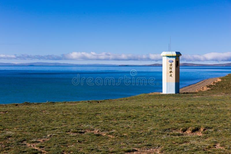 """В утре, голубое озеро Eling, башня озером, и текст на башне """"гидрология Ре стоковые изображения"""