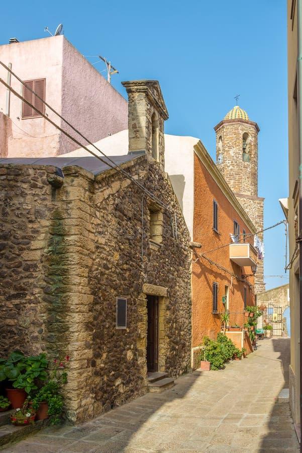 В улицах городка Castelsardo старого стоковое изображение rf
