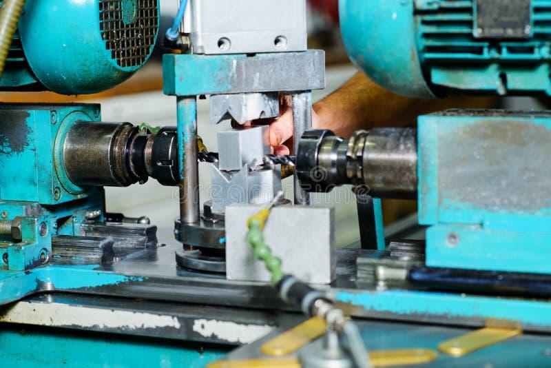 В фабрике на машине стоковая фотография