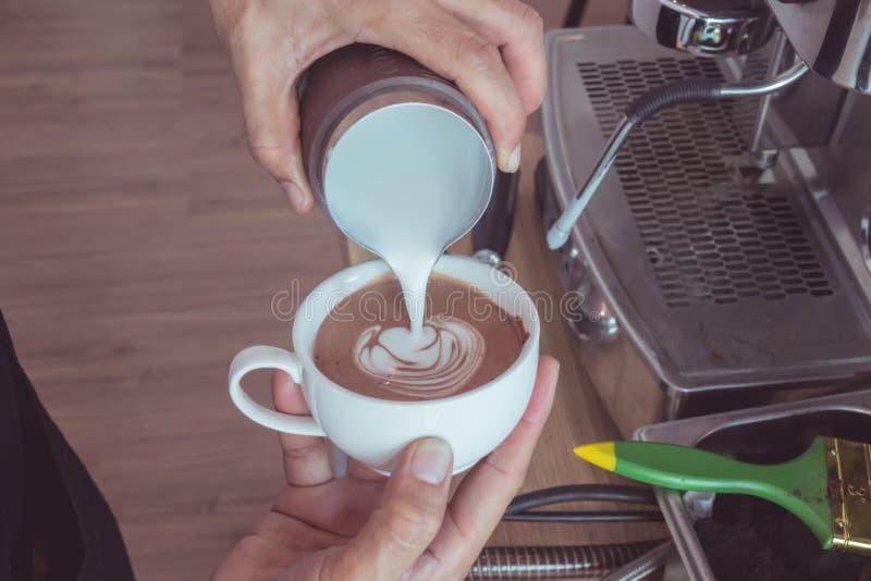 в форме Сердц искусство latte стоковые изображения