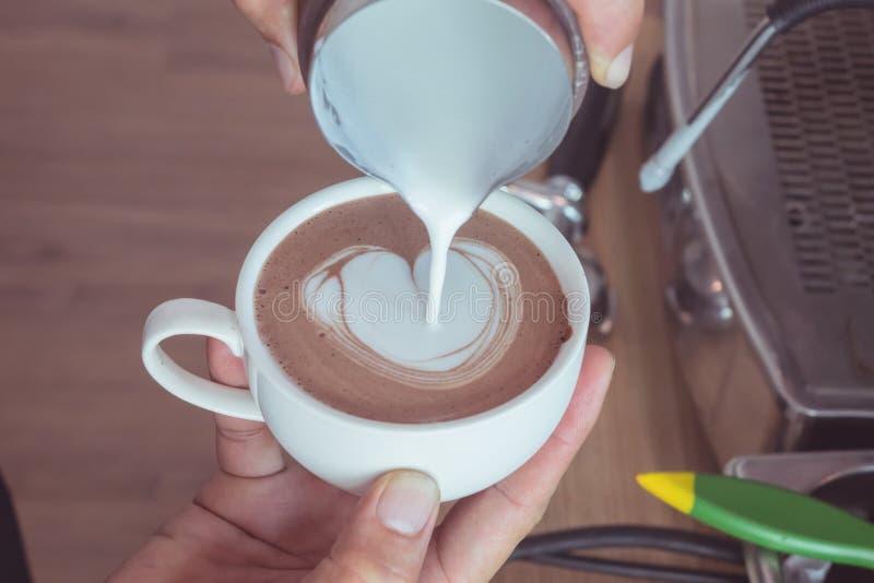 в форме Сердц искусство latte стоковое изображение rf