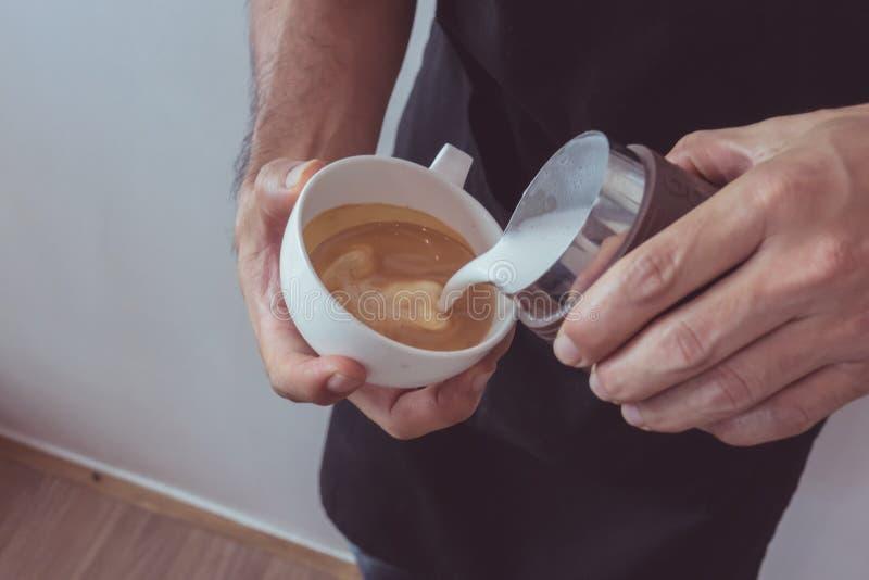 в форме Сердц искусство latte стоковая фотография