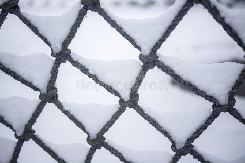 В холодной зиме, снег покрыл все, и вьюга как раз упала На открытом воздухе интернет был покрыт со снегом стоковые фото