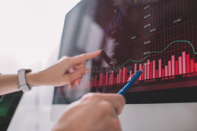 В центре внимания аналитиков данных находятся графики на мониторе компьютера при проверке безопасности компьютерных систем стоковое фото rf