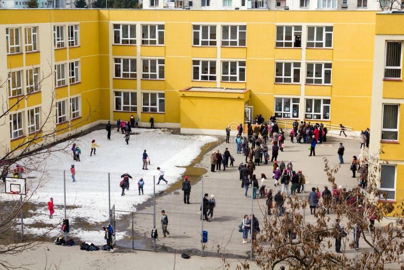В школьном дворе стоковое изображение rf
