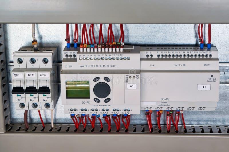 В электрическом автомате защити цепи шкафа, командное реле, блок расширения стоковое изображение rf