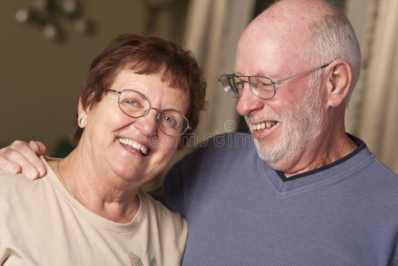 Влюбчивый старший портрет пар стоковые фото
