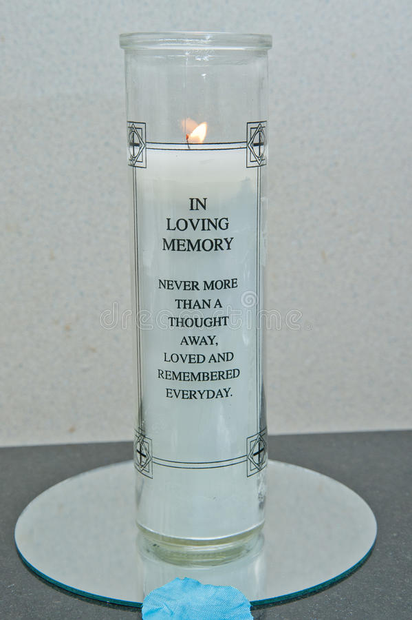В любящей свече памяти стоковая фотография