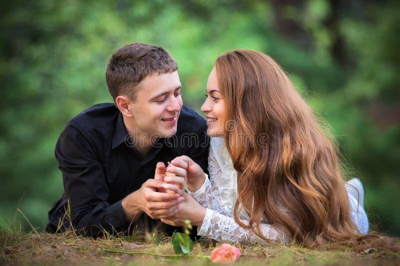 Влюбленность и привязанность между молодой парой стоковое фото rf