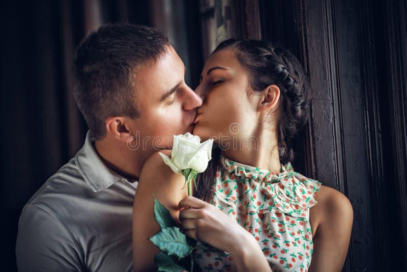 Влюбленность и привязанность между парой стоковое фото