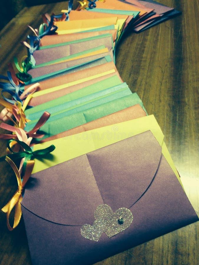 Влюбленность конвертов с сюрпризом стоковая фотография