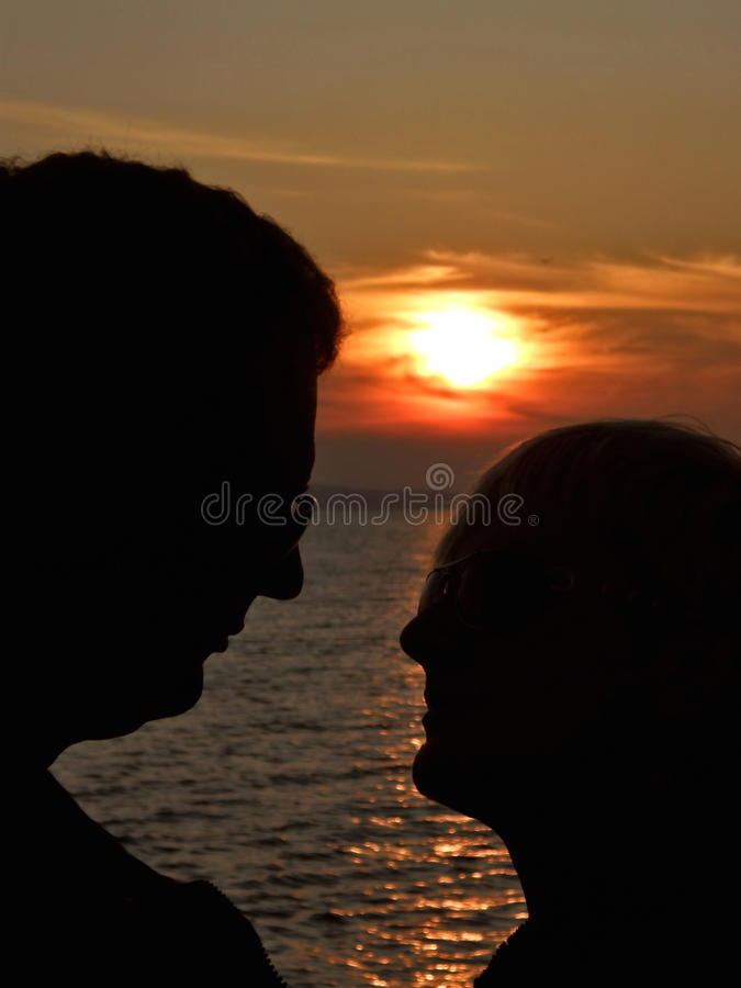 Влюбленность на заходе солнца стоковые фото
