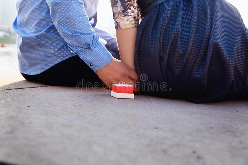 Влюбленность, пары, отношение и концепция захвата - укомплектуйте личным составом proposin стоковое фото rf