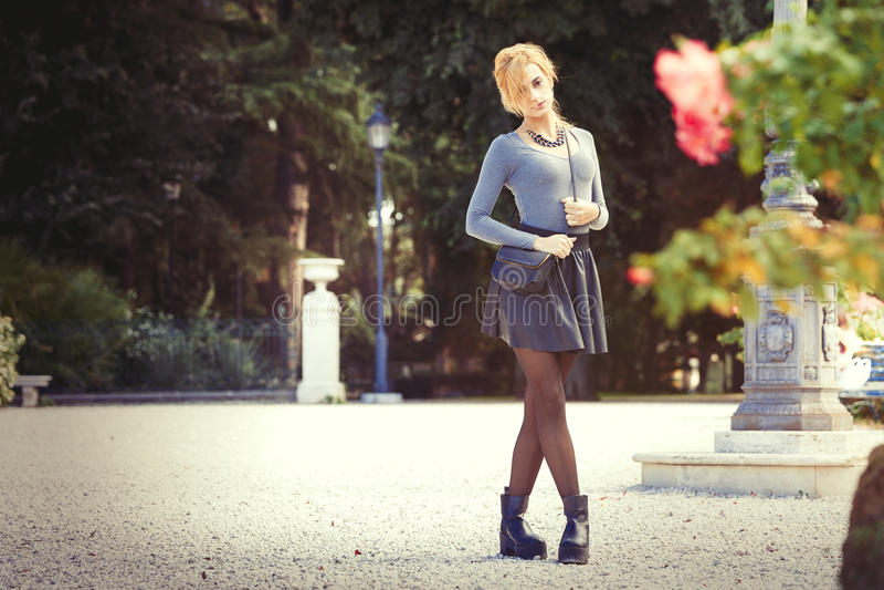 влюбленность предназначенная для подростков Романтичная девушка напольная стоковое фото rf