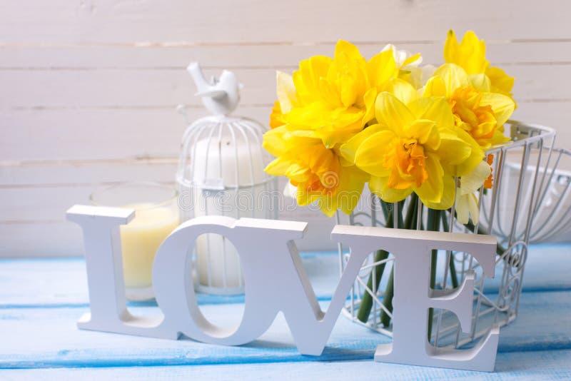 Влюбленность, цветки и свеча слова стоковое изображение