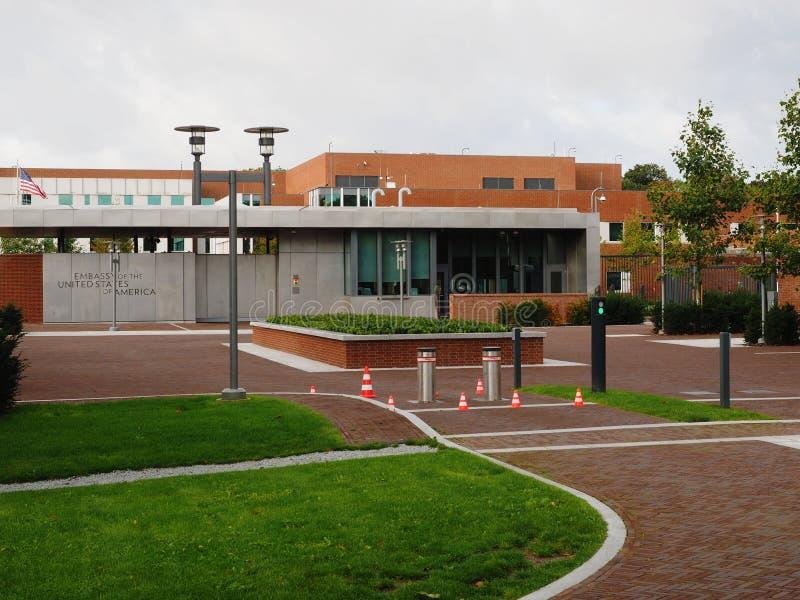 Гаага, Нидерланды - 28 сентября 2019 года: Новый вход в посольство Соединенных Штатов Америки с флагом, Гаага - Гаага стоковые изображения