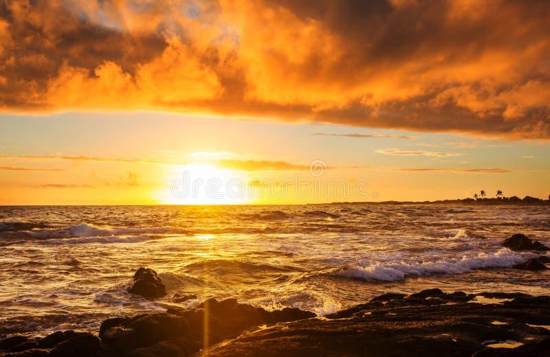 Гаваиский пляж на восходе солнца стоковая фотография