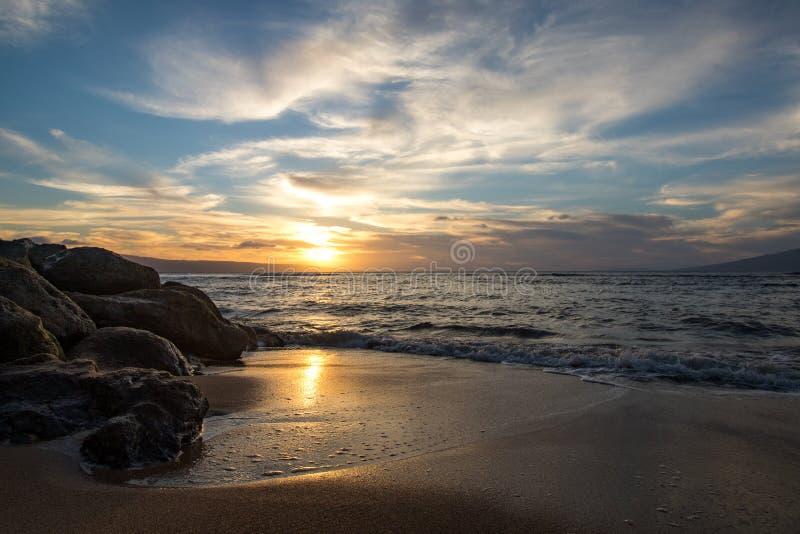 Гавайский заход солнца от пляжа на Мауи стоковые фото