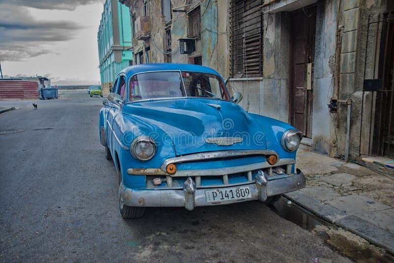 ГАВАНА, КУБА - 4-ОЕ ДЕКАБРЯ 2015 Голубой винтажный классический американский автомобиль стоковые фото