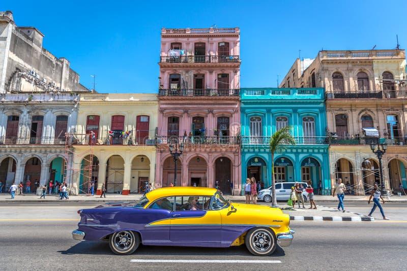 Гавана, Куба - 10-ое марта 2018 - классическое изображение Гаваны, с цветом везде, старые автомобили в улице, люди вокруг, колони стоковое изображение rf
