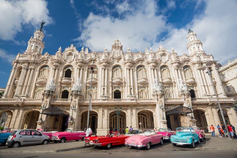 Гавана, Куба - 28-ое ноября 2017: Большой театр и старые красочные автомобили стоковое фото