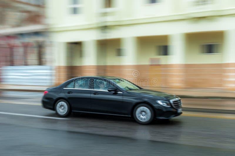 ГАВАНА, КУБА - 21-ОЕ ОКТЯБРЯ 2017: Автомобиль Мерседес в Гаване, Кубе panning стоковые фото