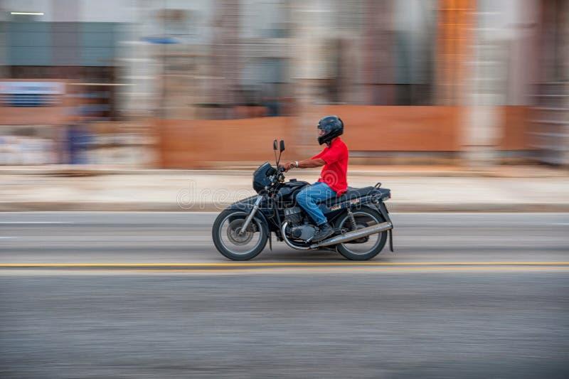 ГАВАНА, КУБА - 20-ОЕ ОКТЯБРЯ 2017: Городок Гаваны старый и зона Malecon с старым циклом такси Куба panning стоковые фото
