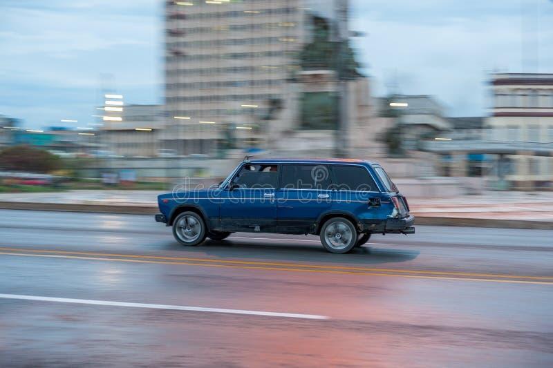 ГАВАНА, КУБА - 20-ОЕ ОКТЯБРЯ 2017: Городок Гаваны старый и зона Malecon с старым кораблем Lada такси Куба panning стоковое изображение rf