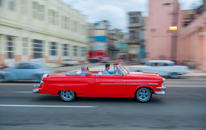 ГАВАНА, КУБА - 20-ОЕ ОКТЯБРЯ 2017: Городок Гаваны старый и зона Malecon с старым кораблем такси Куба panning стоковая фотография rf