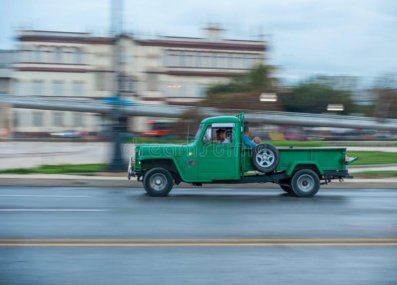 ГАВАНА, КУБА - 20-ОЕ ОКТЯБРЯ 2017: Городок Гаваны старый и зона Malecon с старым кораблем тележки такси Куба panning стоковые изображения rf