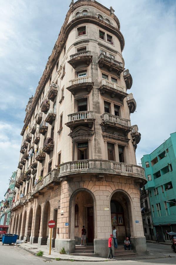 ГАВАНА, КУБА - 22-ОЕ ОКТЯБРЯ 2017: Городской пейзаж Гаваны с местной архитектурой и людьми Куба стоковое фото rf